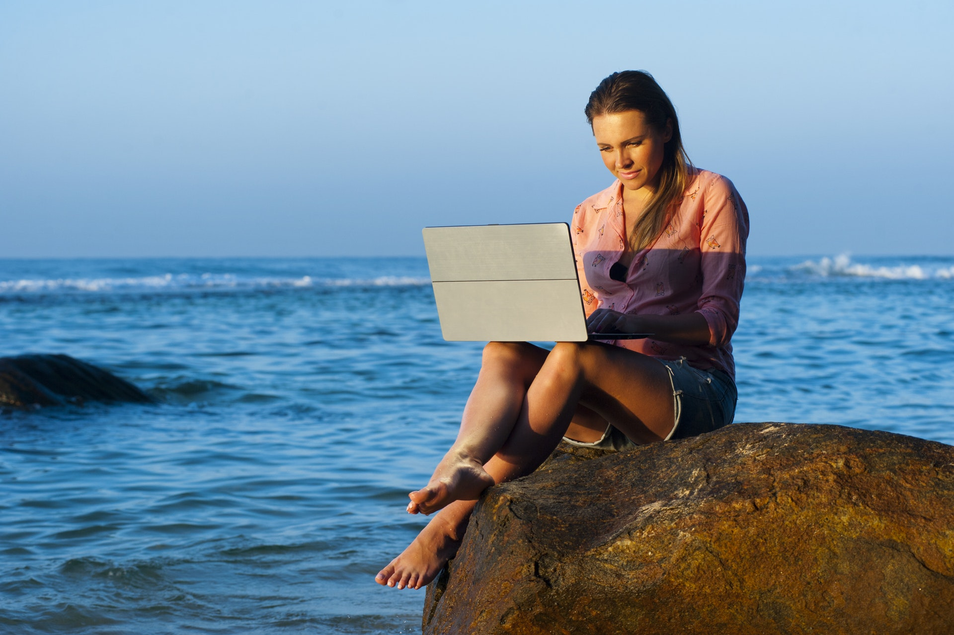 Tips for Working Remotely While Traveling the World